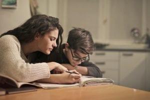 Irmãos estudando na cozinha