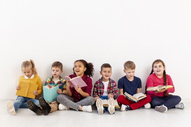 crianças lendo juntas