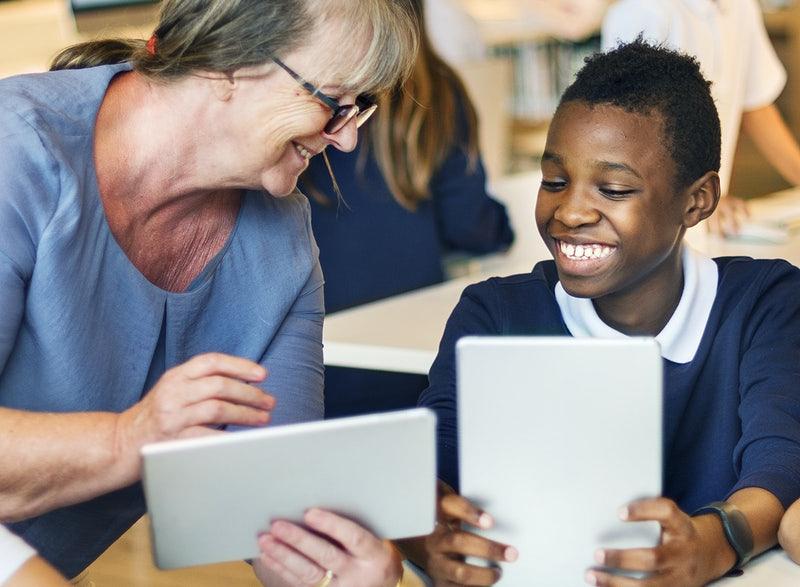 Aluno e professores mexendo no tablet