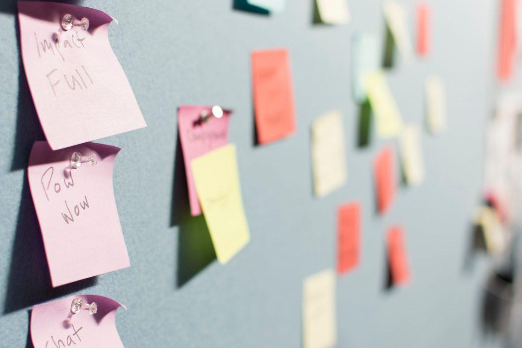 Post-its coloridos são outra opção para manter o time de gestão administrativa escolar organizado.
