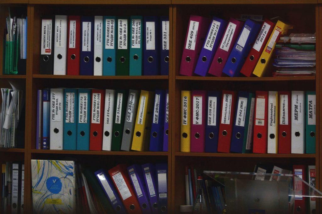 Arquivos coloridos mostrando uma possível organização da gestão administrativa escolar.