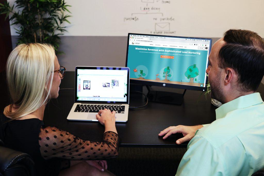 Professora e gestor escolhendo juntos a melhor plataforma LMS.