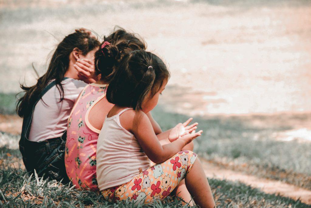 Crianças tendo uma acolhimento de atendimento educacional ao ar livre.