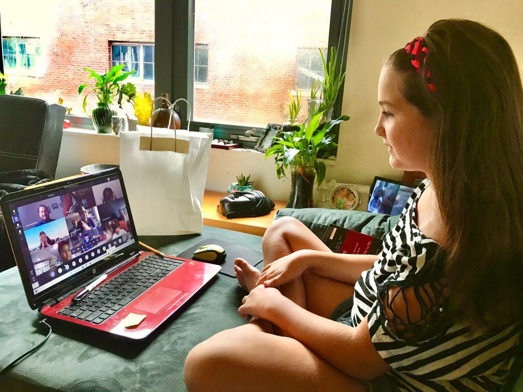 Uma menina realizando aula online por meio da plataforma LMS