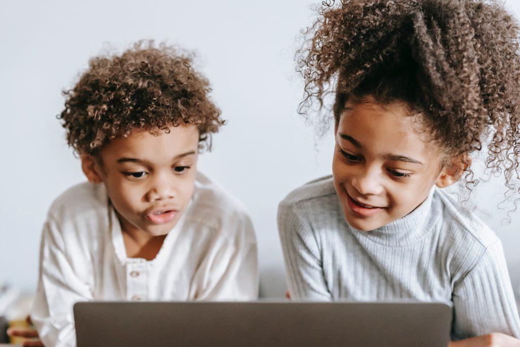 Duas crianças em atendimento educacional on-line