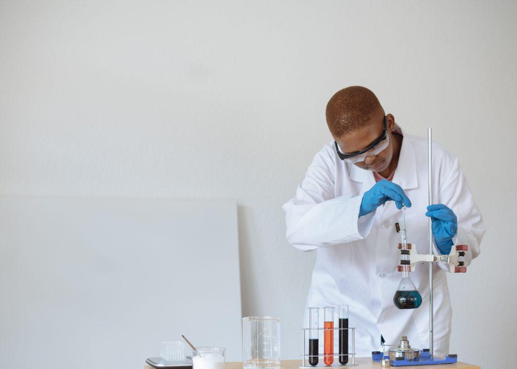 Adolescente homem realizando um experimento científico como bom exemplo de cultura maker na educação.