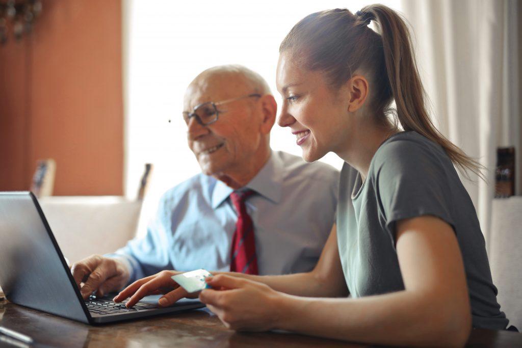 Coordenador pedagógico e professora trabalhando juntos na plataforma digital para desenvolver temas para trabalhar com famílias.