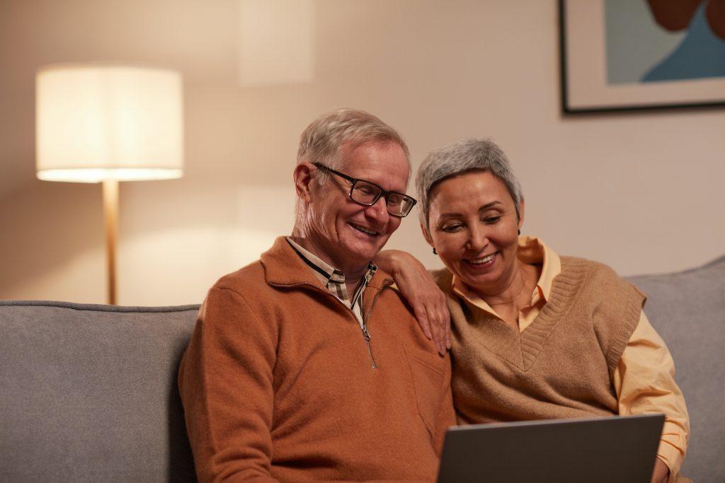 Avô e Avó se reunindo com a escola por meio de plataforma digital e participando das atividades e temas para trabalhar com famílias.